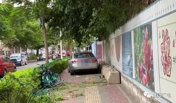 厦门莲花北路一带小车冲上人行道 致行人一死一伤