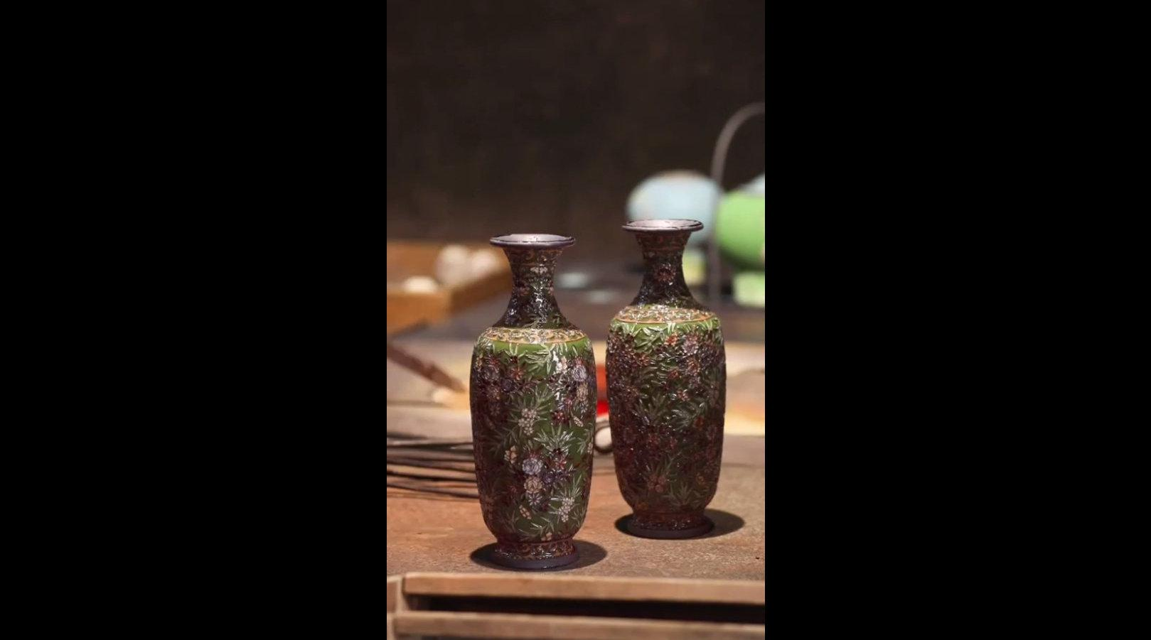 景泰蓝的制作工艺:烧蓝,美的瞬间绽放。 来源:景泰蓝钟连盛