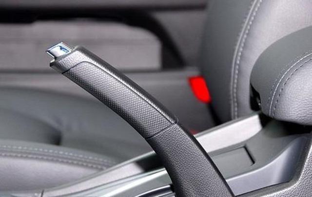 手刹可不是这么拉的,一个小动作有可能毁车