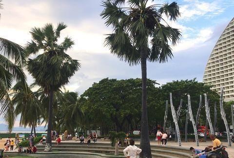夜色中的三亚湾海月广场,多支舞蹈队争艳,你最爱哪一支?