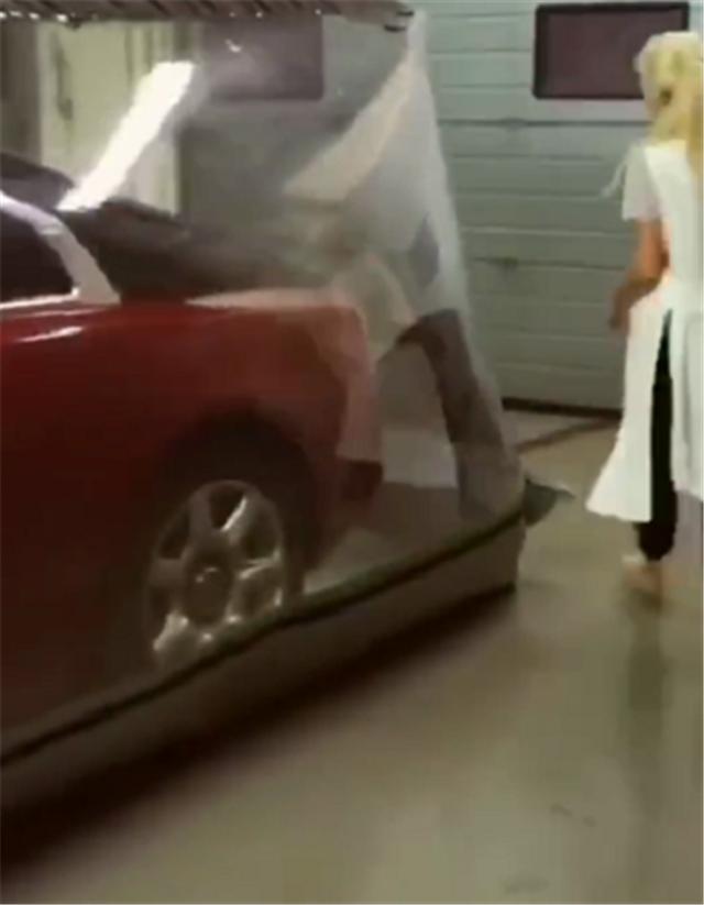 豪车如何保护?真空车衣包裹劳斯莱斯,配独立车库,杜绝一切尘土