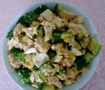 家常菜:黄瓜拌豆腐,墨鱼猪肚汤,鲜菌菇滑蛋,玉米胡萝卜猪蹄汤