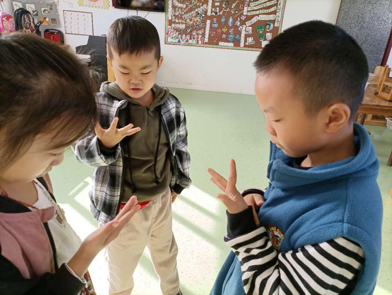 歌山中心幼儿园塘下教学点:探究指纹的秘密
