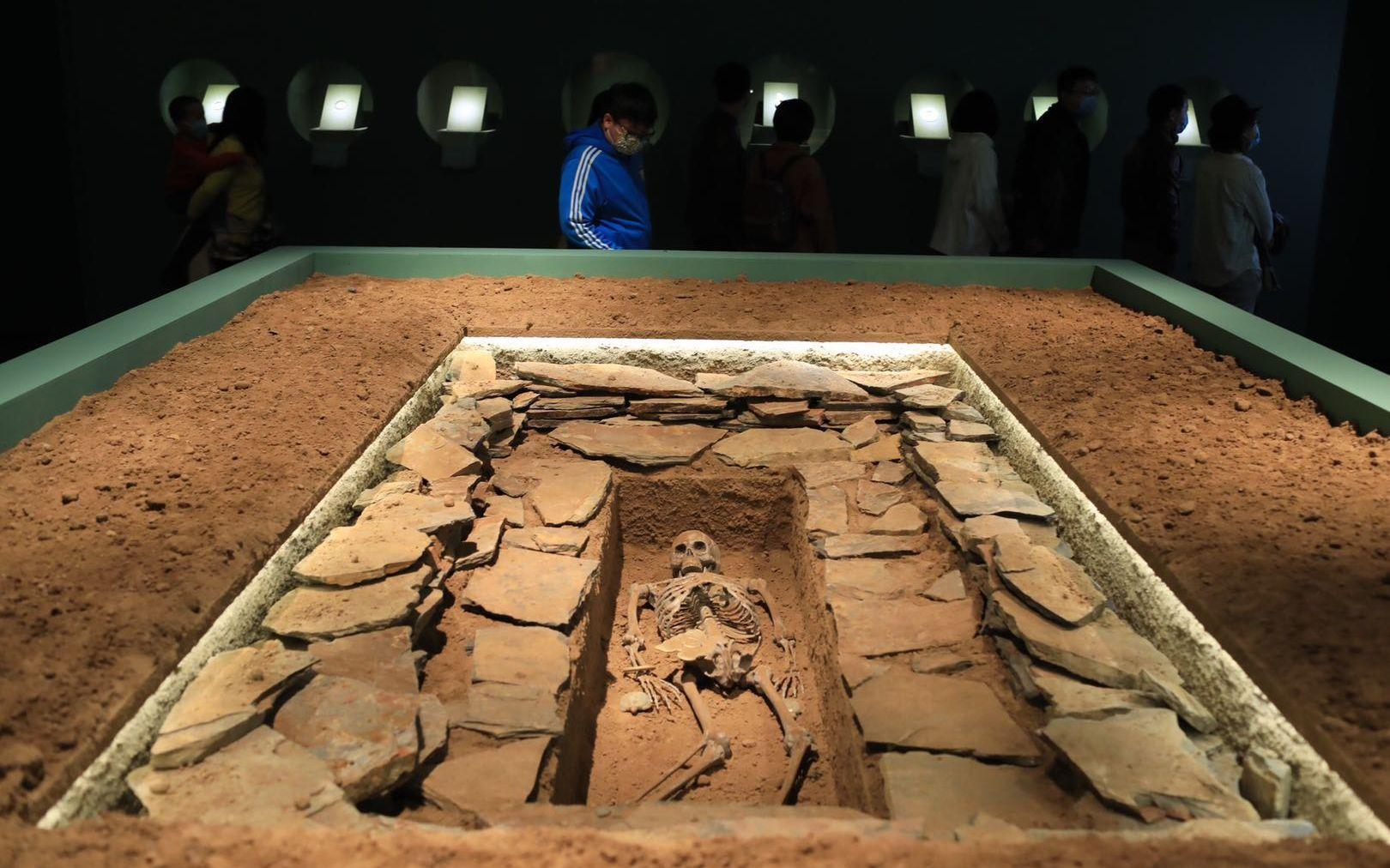 展厅回复的牛河梁遗址第五所在一号冢中央大墓,有七件随葬玉器。拍照/新京报记者 浦峰