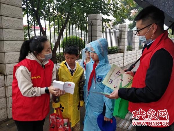 郑州市公交志愿者积极宣传《郑州市城市公共汽车客运条例》