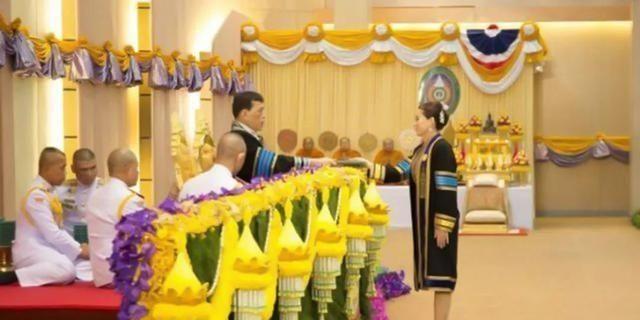 苏提达获荣誉博士,单手接泰王颁发的证书,西拉米则跪拜朱拉蓬