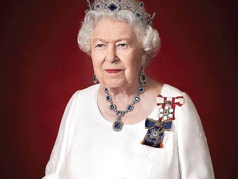 英女王最新官方肖像照出炉!蓝宝石皇冠有深意,皮肤比卡米拉都嫩