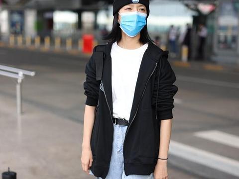 庄达菲街拍:卫衣外套内搭白T恤破洞牛仔裤休闲舒适