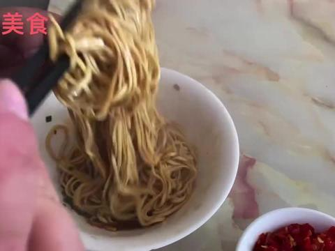 在扬州吃高邮特色鱼汤拌面,拌面4元鱼汤2元一碗,便宜又好吃