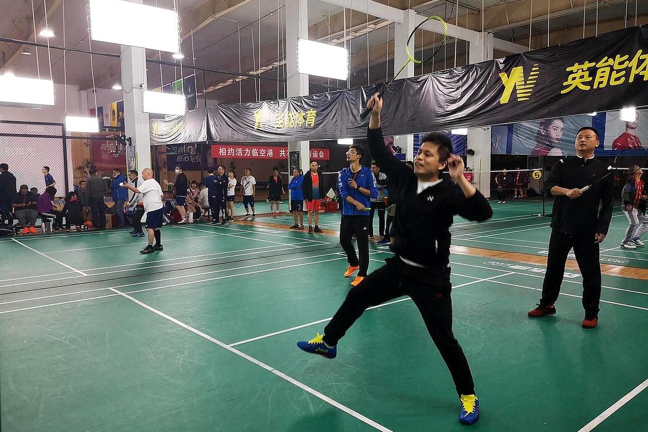 武汉市东西湖区200余名选手,在羽毛球场展英姿,咋回事
