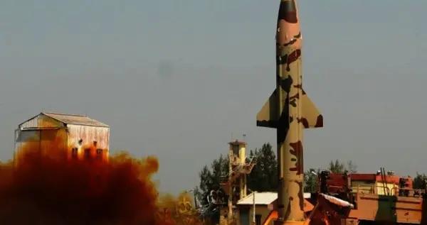 印度新冠疫情肆虐,再次试射核导弹军方高层访美,专家:提高警惕
