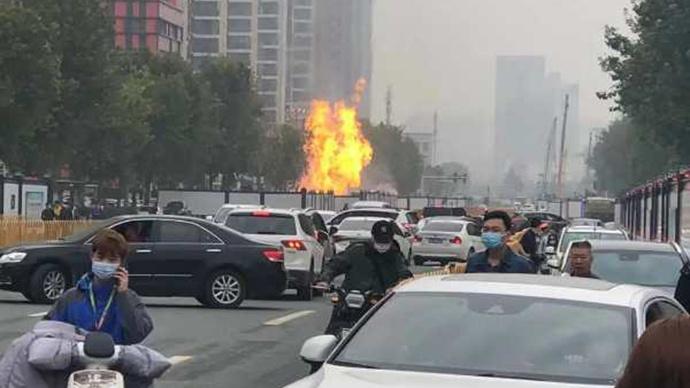 武昌通报:友谊大道快速路改造施工挖断天然气管道引起燃烧图片