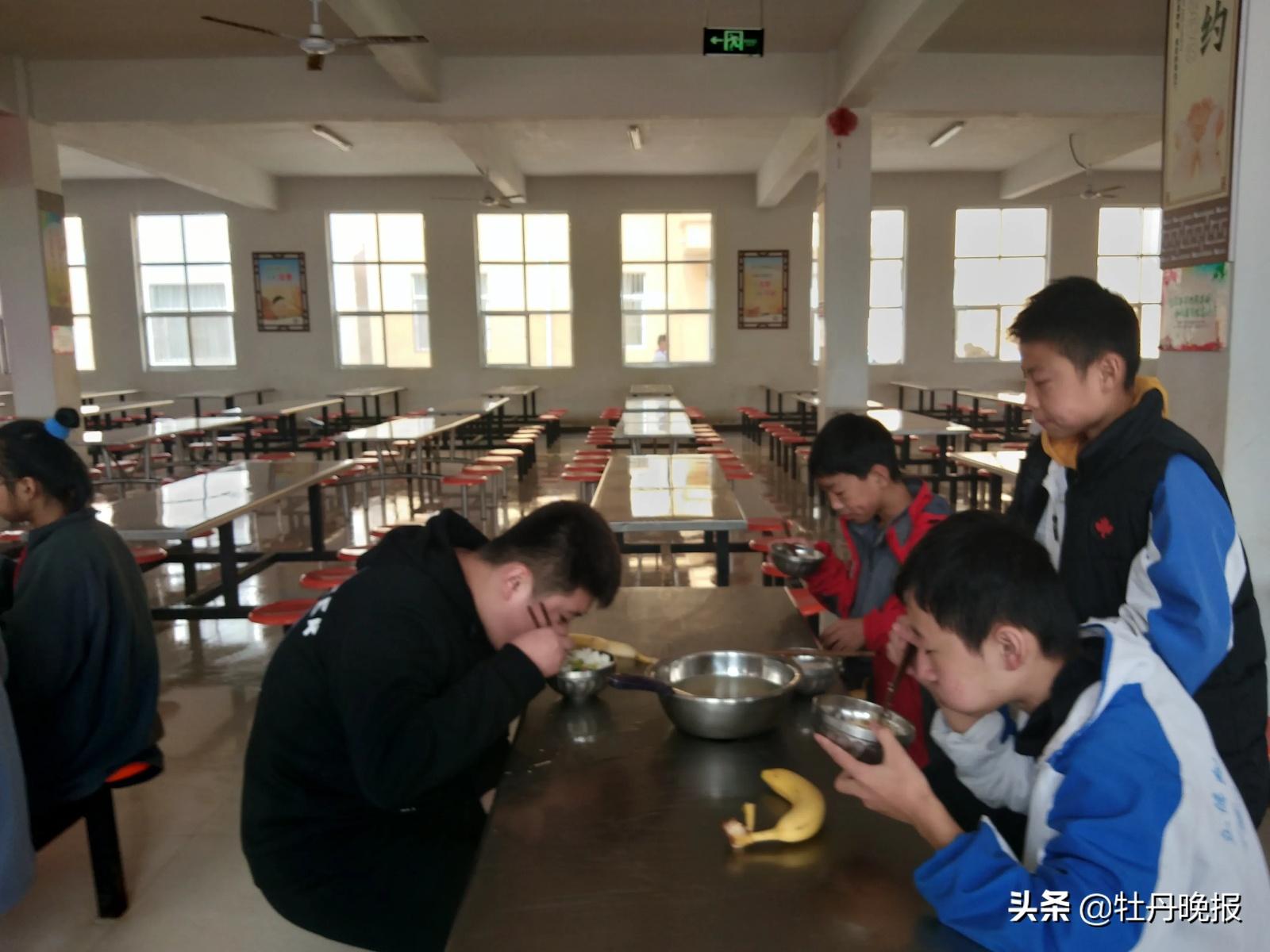 """""""大盆+小碗"""",盛满节俭好品质 ——菏泽市牡丹区皇镇中学创新就餐方式实行光盘行动"""