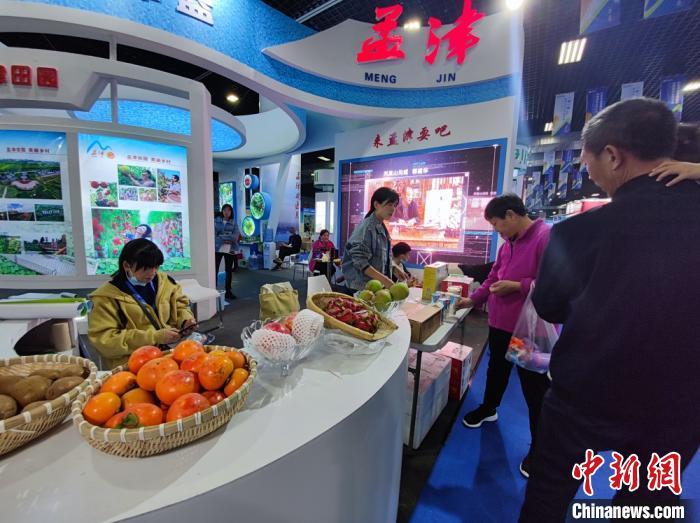 """图为""""一带一路""""(洛阳)国际农业合作博览会上河南本地农副产品展出。 阚力 摄"""