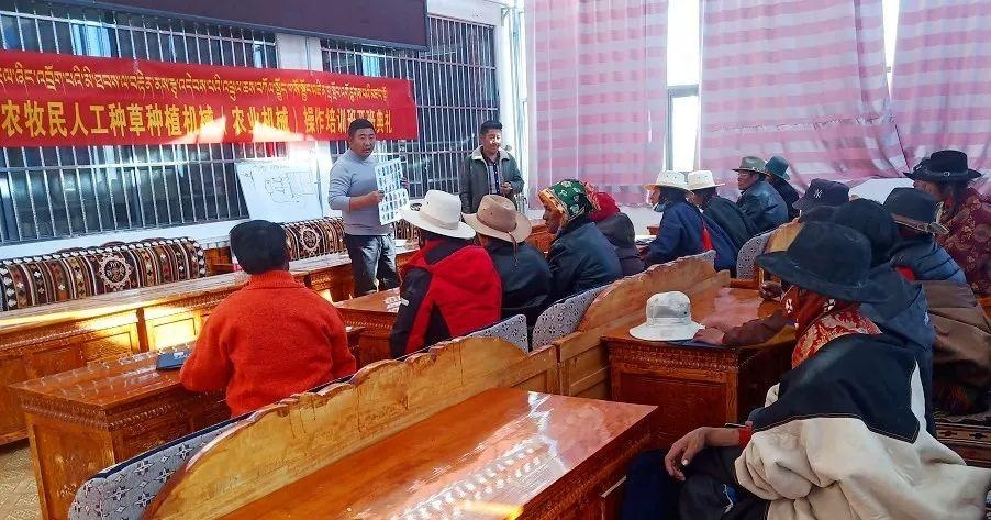 革吉县开展农机购置补贴政策宣传