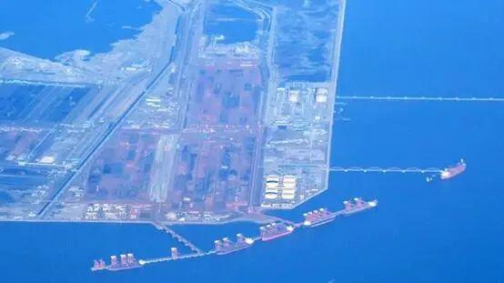 """成排澳大利亚载着煤炭的货船停在中国河北省唐山市京唐港, 图源:""""澳大利亚新闻网"""""""
