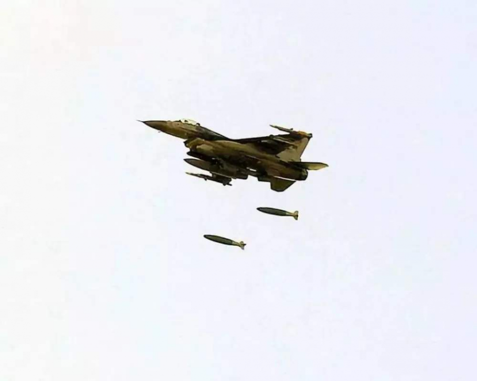 F16战机夜间出动打靶!无辜男子不幸被当成靶子,当场就被爆头