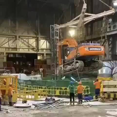 工业事故:一台斗山的挖机跌落深坑……