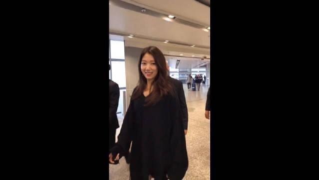 机场偶遇女神朴信惠 长得好漂亮!