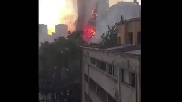 智利首都圣地亚哥抗议活动中多处教堂被烧毁……