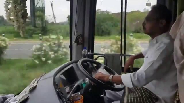 印度大巴车司机调试喇叭,这些声音太好听了!