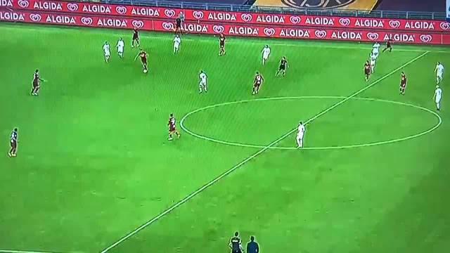 在罗马的卡莱斯-佩雷斯打入一粒精彩进球