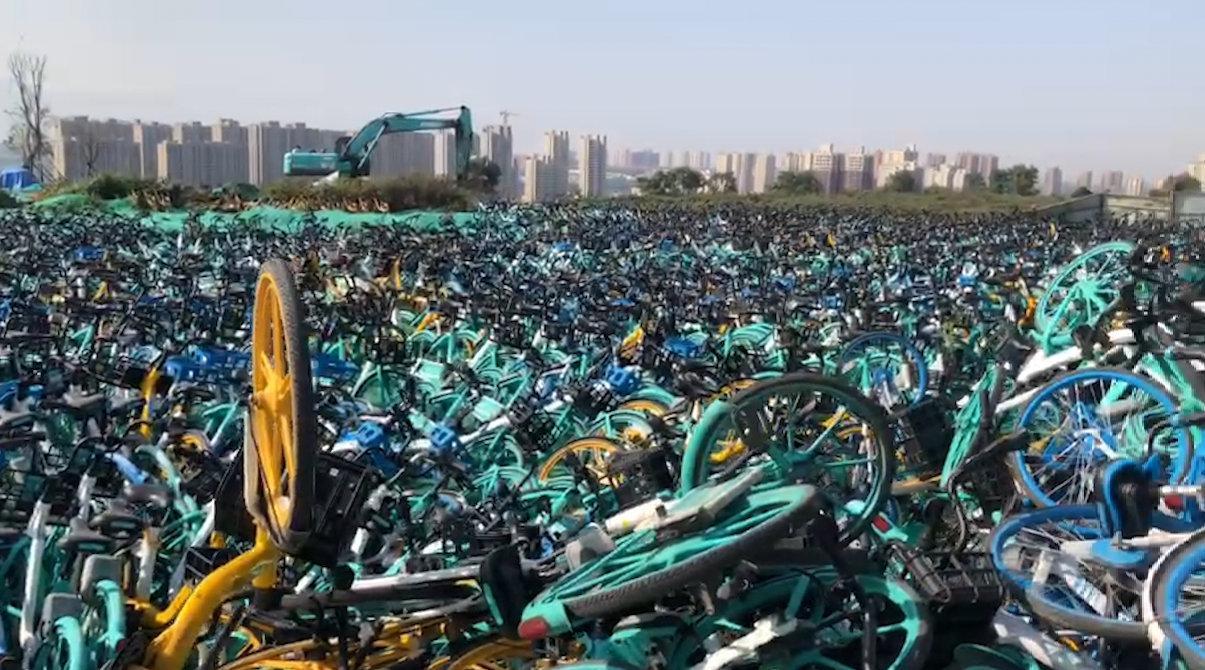 """2000多辆车堆一起 西安航天基地有一处共享单车""""坟场"""""""