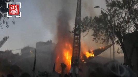 智利首都圣地亚哥暴力冲突不断 一座19世纪教堂在大火中倒塌