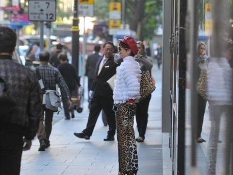 谢霆锋妈妈穿衣真带劲,红毛衣配围脖显贵气,搭光泽裙贝雷帽洋气