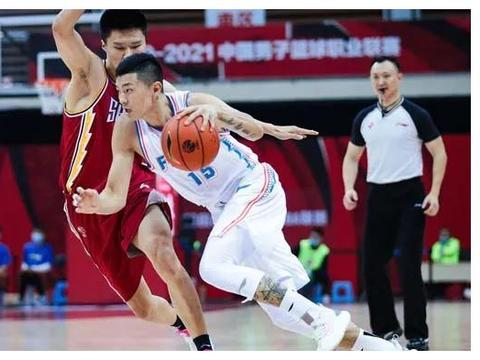 王哲林32+17还输球!朱世龙真不行,不懂为何不留下凯撒