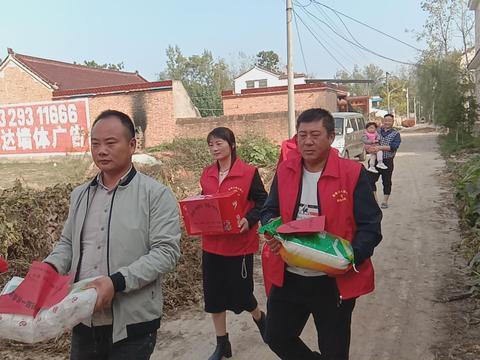 """河南太康:逊母口镇志愿者助力""""全国扶贫日"""""""