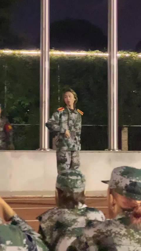 南湖校区军训网友投稿:今晚南湖校区军训最美的___的完整直拍