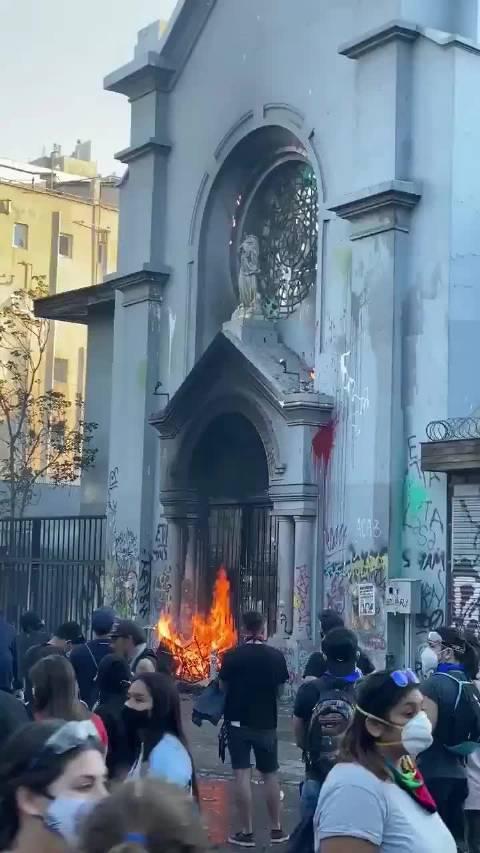 智利圣地亚哥多处教堂被焚毁