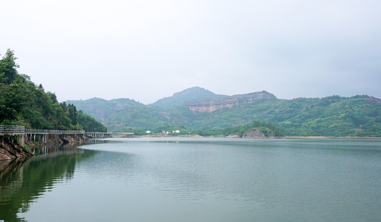 世界桔都在江西,坐上游艇观丹霞,景色宛若千岛湖