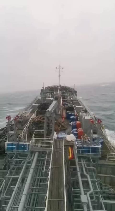 台风天里的油轮~