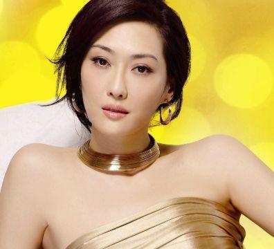 """她是最""""性感""""的李莫愁,今52岁仍韵味十足,被富豪老公被宠上天"""