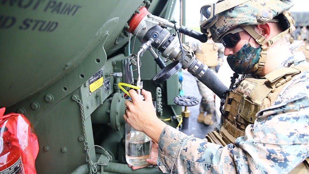 一架美军反潜巡逻机,起飞前的加油作业这么细致的活……
