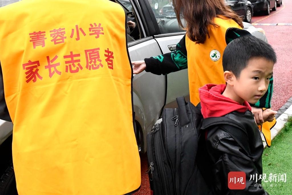 """视频︱""""黄马甲""""成校门口风景线 为小学生上学放学""""保驾护航"""""""