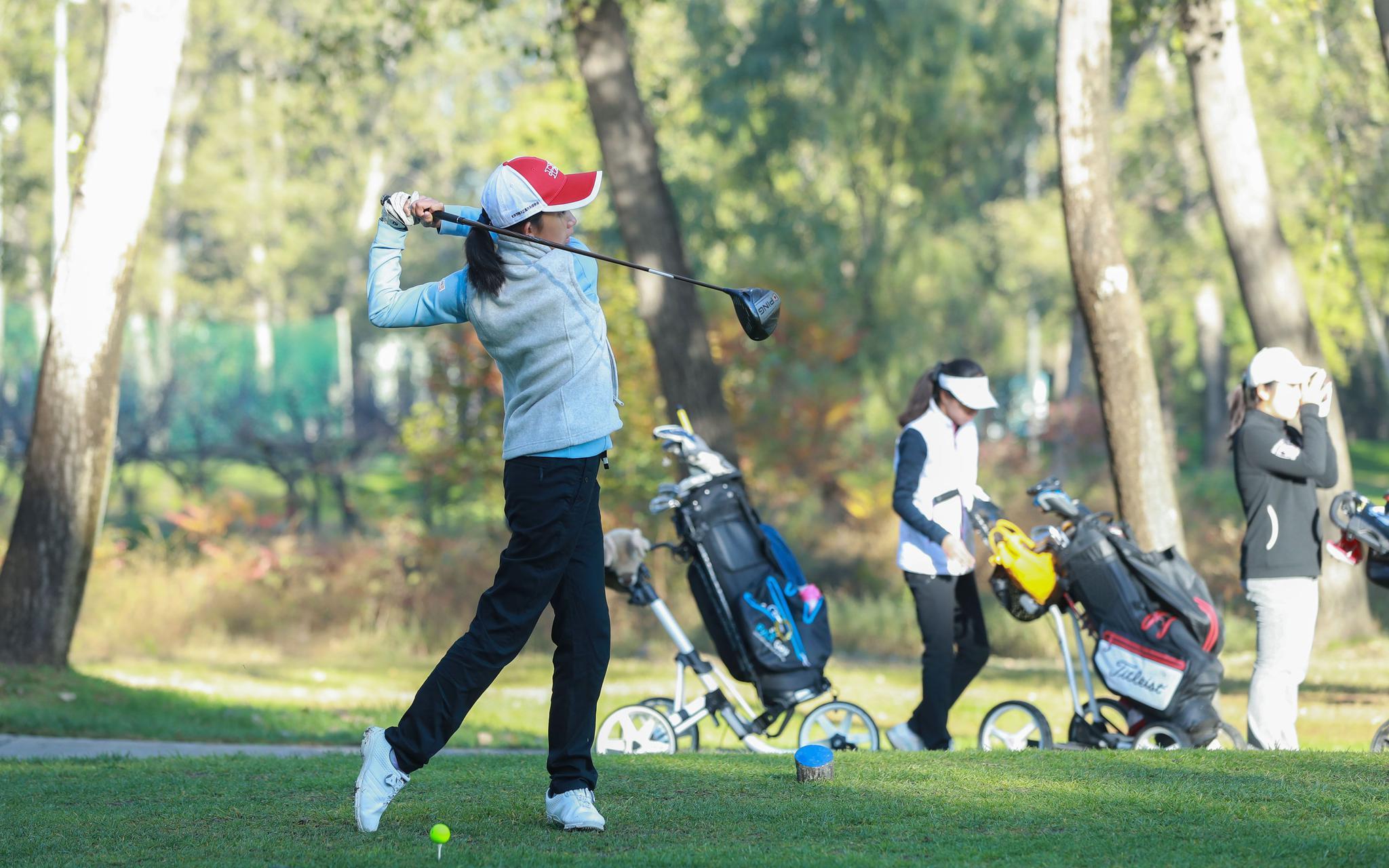 市青少年高尔夫锦标赛开球,运动员完赛后直接离场图片