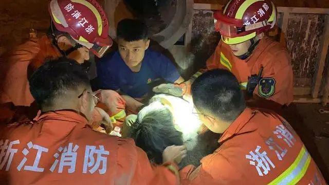 排水管里有个小女孩!7名消防员倒吸一口凉气