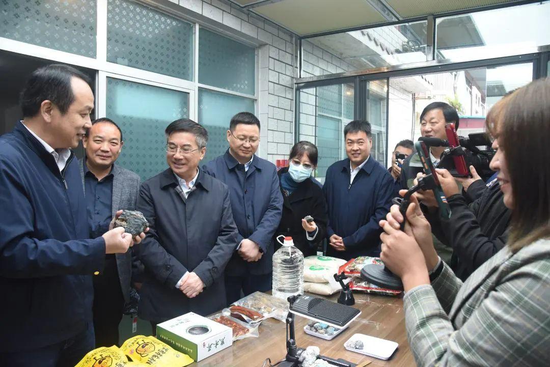 地大:助力竹山县脱贫攻坚 与十堰签署战略合作协议图片