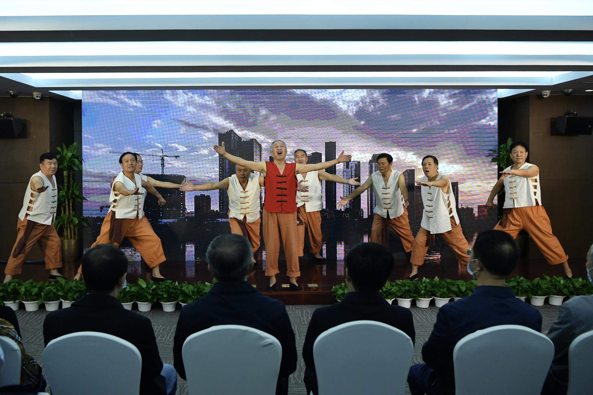 在北京城市广播副中心之声开播仪式上,通州文化馆运河号子表演团带来《运河号子》节目。摄影/新京报记者 吴江