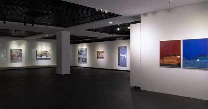 黄伟:10年前,他开始画客家古民居建筑群,并将田园牧歌的诗意带到上海