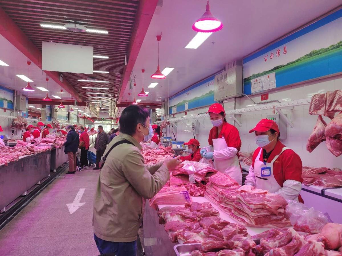 北京新发地市场今日猪肉批发价每公斤降一成:猪价高居不下情况已过图片