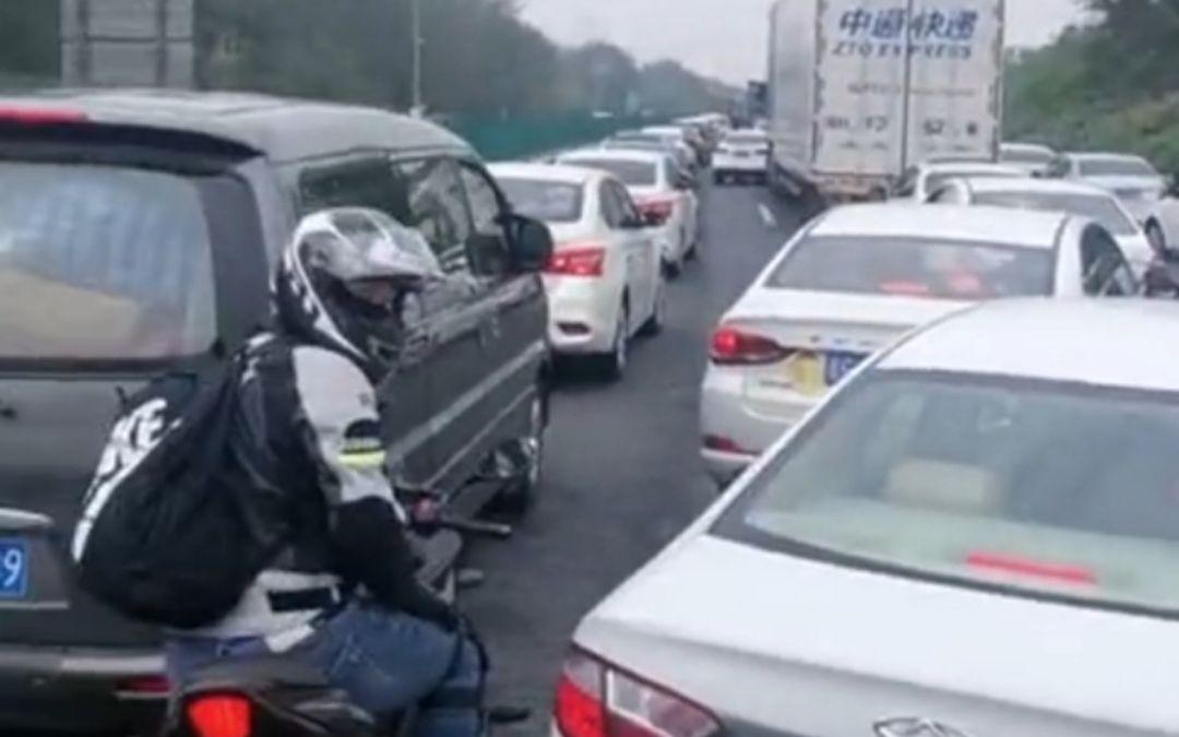 国庆假期首日多地高速拥堵 多条高速入口、收费站被关闭图片