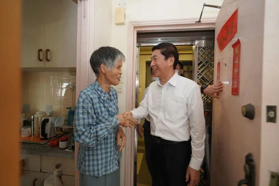 骆惠宁看望香港困难群众:看到你家居住环境,心里很不好受图片