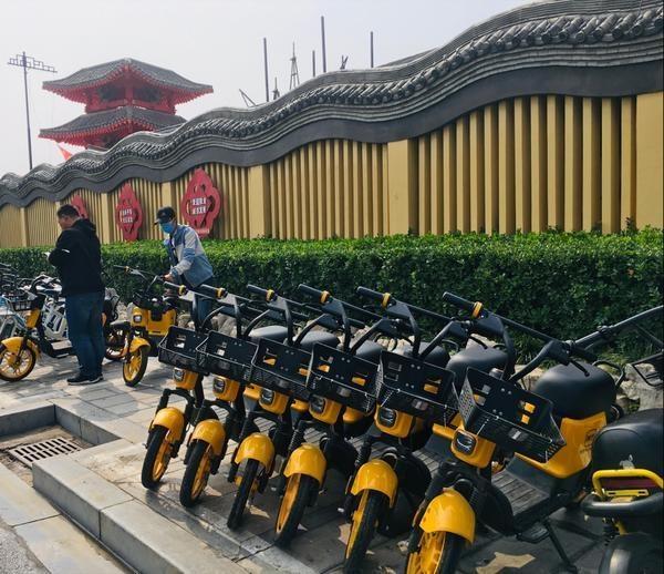 贴心!为减轻景区门口的交通压力,清明上河园为游客提供共享电单车服务