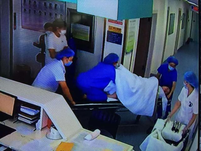 大连一孕妇胎膜破裂,紧要关头,助产士跳上待产床……