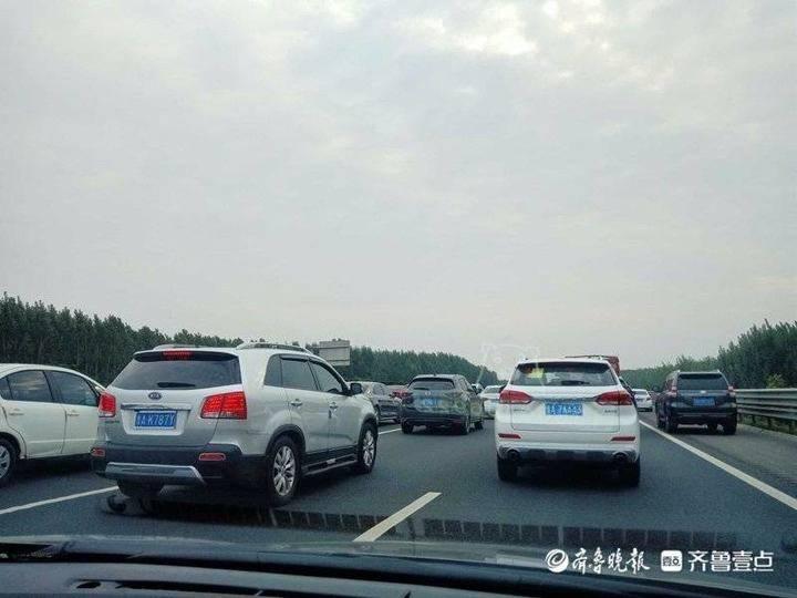 情报站 国庆第一天:济青高速周村段车流量较大,堵车大片上演
