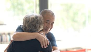 杨奶奶走出中秋电话亭和夏爷爷拥抱在一路。新京报记者袁静新 周的